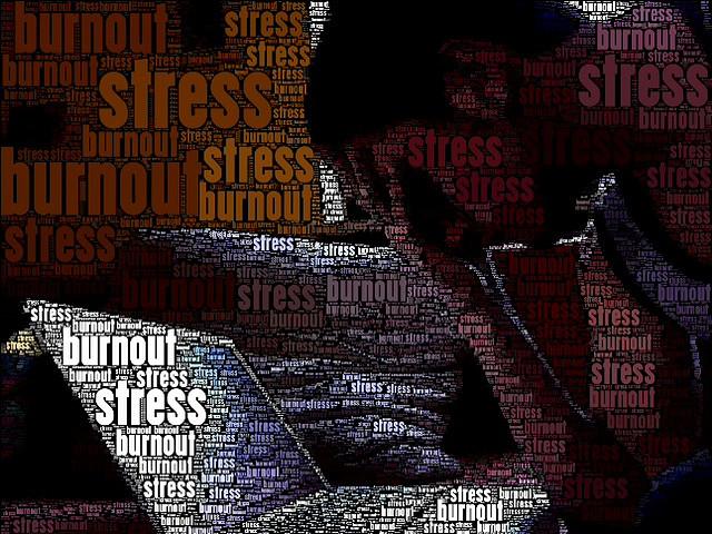 Pessoa estressada, com a mão na cabeça em frente ao laptop
